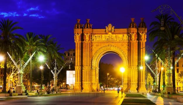 Триумфальная арка в ночное время. барселона