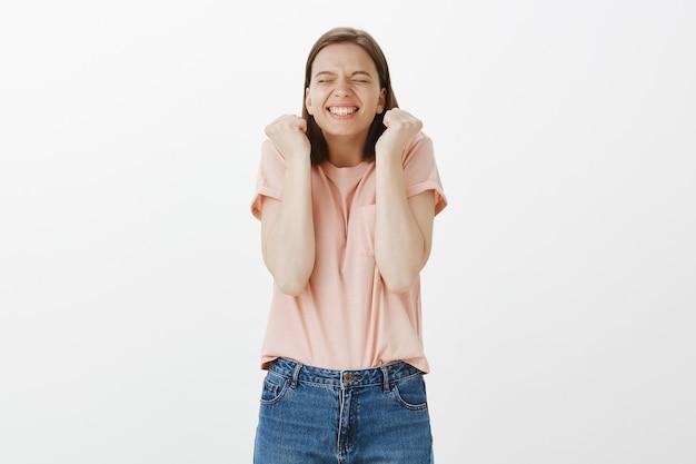 勝利を喜んで成功した女性を打ち負かし、目標を達成し、勝利を祝う