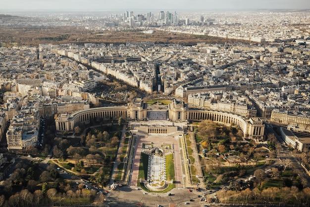 파리의 에펠 탑에서 본 trocadero and defence.