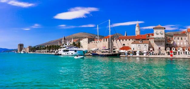 クロアチアのトロギールの町-ダルマチアの人気のある観光地と歴史的な場所