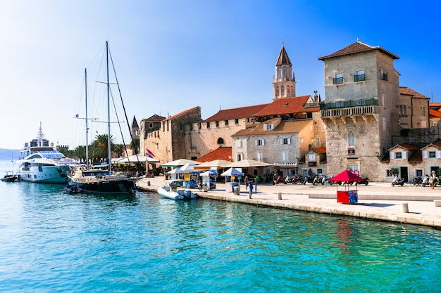 Город трогир в хорватии, популярное туристическое направление в далмации.