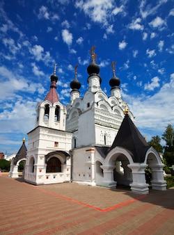 여름에 murom에서 troitskiy 수도원
