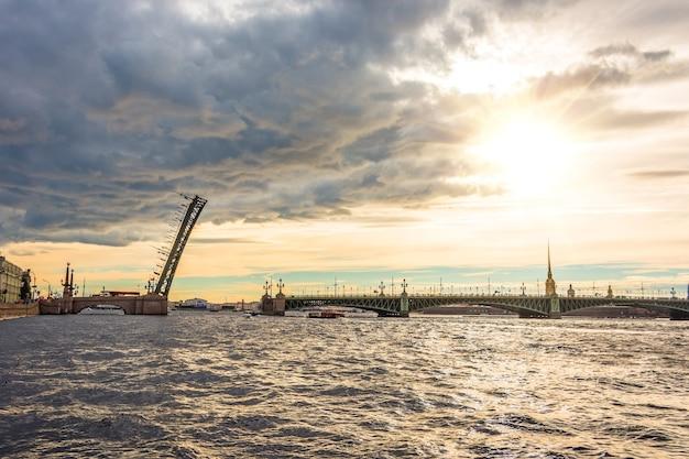 Троицкий мост в дневное время через неву в санкт-петербурге.