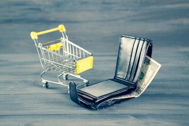 트롤리와 지갑. 구매 비용 개념