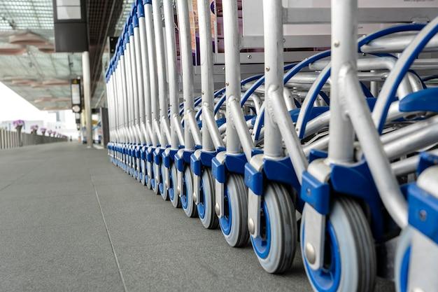 Багаж тележки в ряд в современном аэропорту