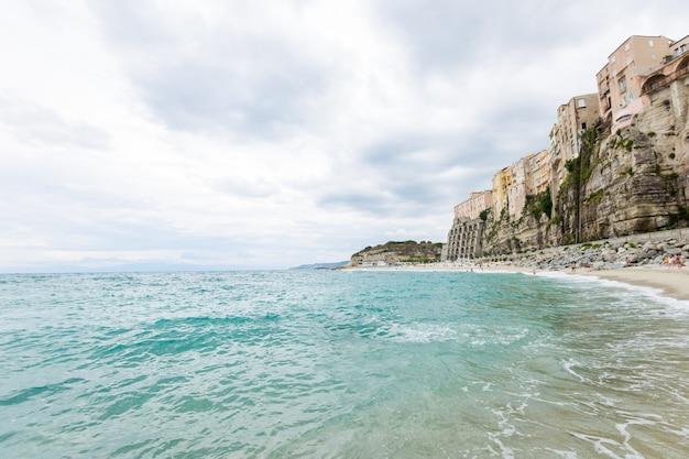 청록색 물 화려한 건물과 티레 니아 해의 tropea 마을과 해변 해안선