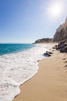 청록색 물이있는 티레 니아 해의 트로 페아 마을과 해변 해안선