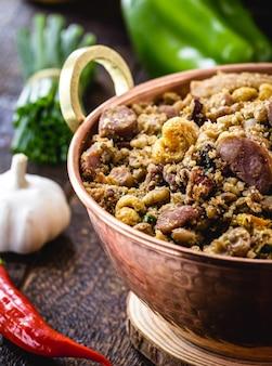 Фасоль тропейро, бразильское кулинарное блюдо, фасоль со свининой, перец, пепперони, фарофа и овощи