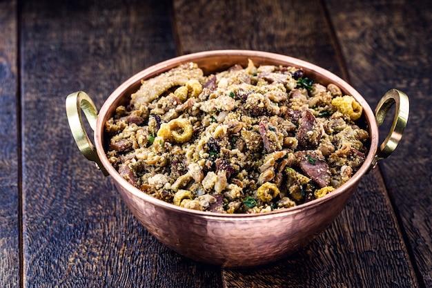 トロペイロ豆、ブラジル料理、豆、刻んだペパロニソーセージ、ファロファ、コショウから作られました