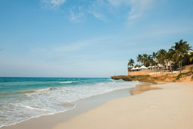 Тропический пляж потрясающий вид чистый белый песчаный пляж в летний день волны синего моря разбиваются на солнечном пляже кубинские пальмы пляжный пейзаж
