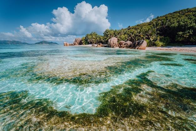 Тропический пляж анс сурс д'аржан с гранитными валунами, остров ла диг, сейшельские острова