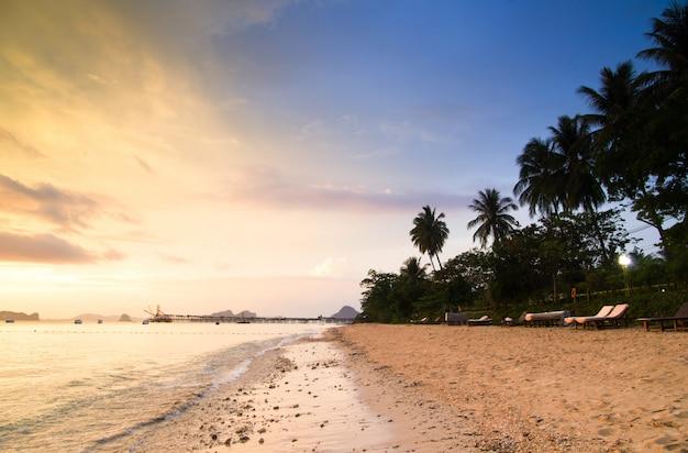 夕暮れ時の熱帯のビーチ