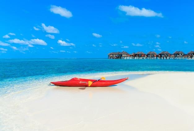 Тропический пляж на мальдивах. красивое море
