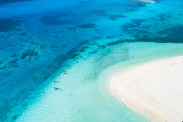 필리핀 다쿠 섬의 열대 해변