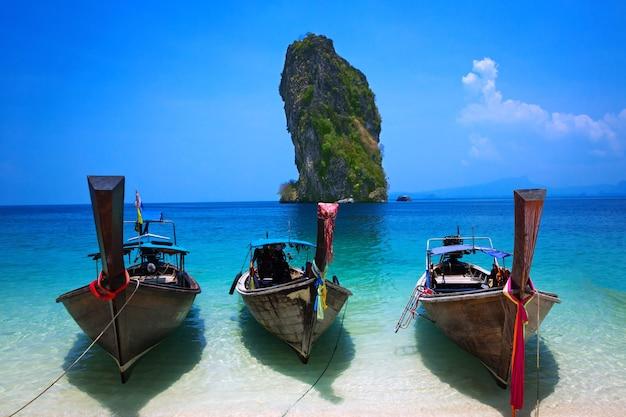 トロピカルビーチ、ロングテールボート、アンダマン海、クラビ、タイ