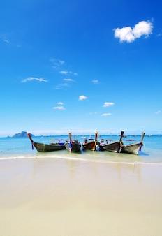 熱帯のビーチ、ロングテールボート、アンダマン海、タイ