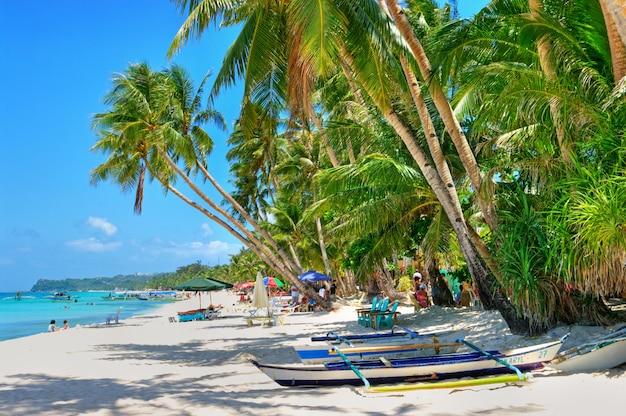 코코넛 야자수와 청록색 바다가있는 열대 해변 풍경. 보라카이 섬, 필리핀