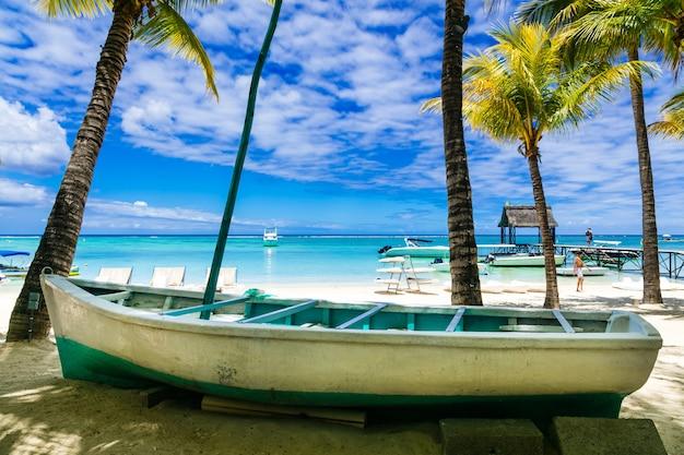 古いボートと熱帯のビーチの風景モーリシャス島