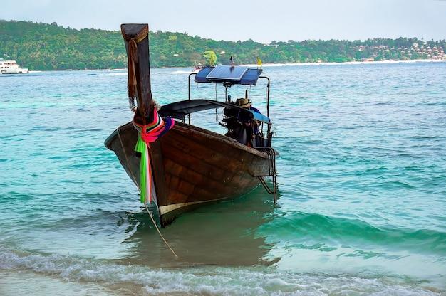 熱帯のビーチ、伝統的なロングテールボート、マヤベイ、タイ