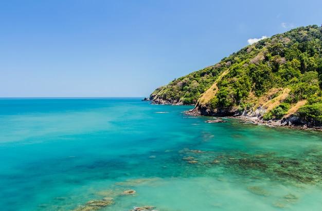 青い空、アンダマン海、タイの熱帯のビーチ
