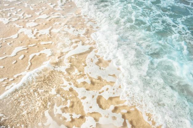 맑은 바닷물과 열 대 해변
