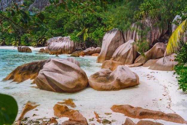 セイシェルの花崗岩の岩のある熱帯のビーチ。旅行、エキゾチックな観光と自然の概念。
