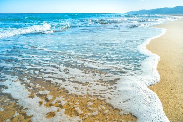 배경에서 모래와 바다 파도와 열 대 해변
