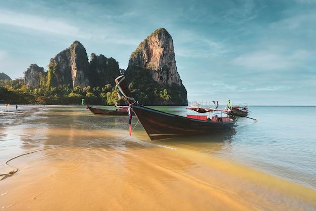 Тропический пляж с традиционными длиннохвостыми лодками на кхо пода, краби, таиланд