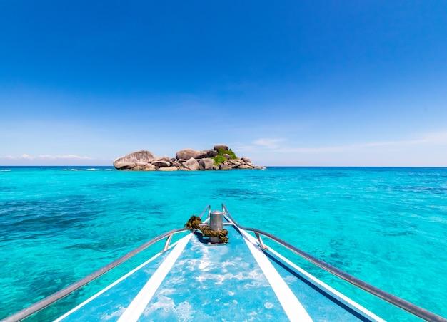 열대 해변에는 따뜻하고 맑은 푸른 물과 푸른 하늘 배경 또는 시밀란 섬의 풍경이 있습니다.