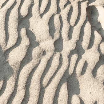 Красивый тропический пляж с белым песком и ветровыми волнами