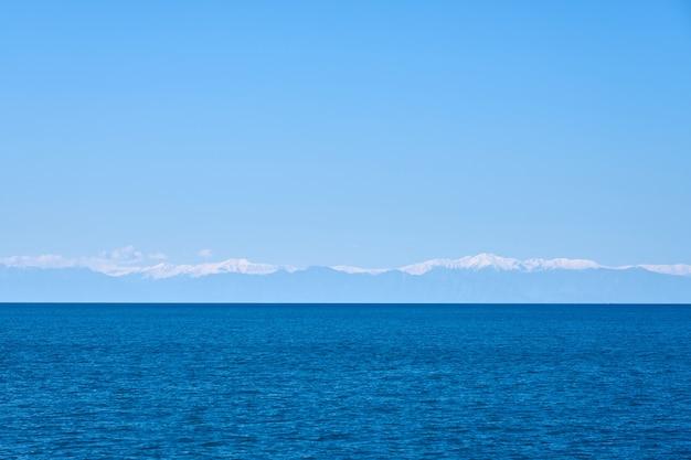 熱帯の青い海の風景
