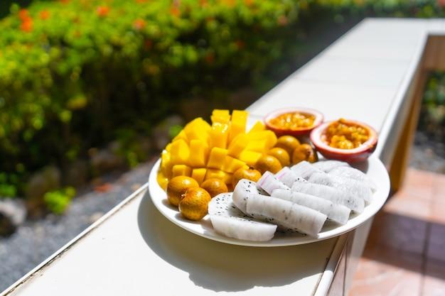 열대 아침 식사. 열 대 정원에서 과일 접시입니다. 비타민 건강 아침 식사