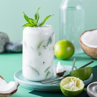 Тропический карибский коктейль мохито с кокосовым кремом и крепким зельтером