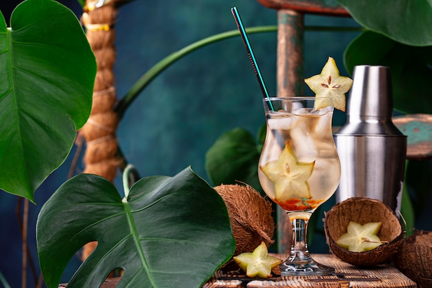 Тропический коктейль с карамболой