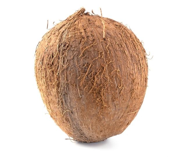白い背景で隔離の熱帯ココナッツフルーツをクローズアップ。