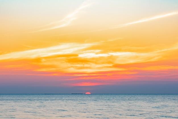 해변에서 바다 위에 열 대 화려한 일몰입니다. 태국에서 바다 해변 관광 배경입니다. 휴가 여행 목적지