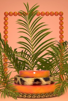 열대 이국적인 야자수 잎과 창의적인 프레임, 제품 발표를위한 표범 무늬 연단 플랫폼. 여름 밝은 스타일. 세로 샷
