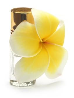 흰색 배경 위에 향수 병이 있는 열대 프랜지파니