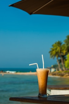 Тропический свежий фруктовый сок над морем
