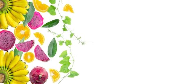 葉のコピースペースと白のトロピカルフルーツの背景