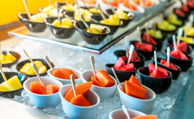 레스토랑 이벤트에서 열대 과일 뷔페. 케이터링 음식. 신선한 파파야, 수박, 파인애플.