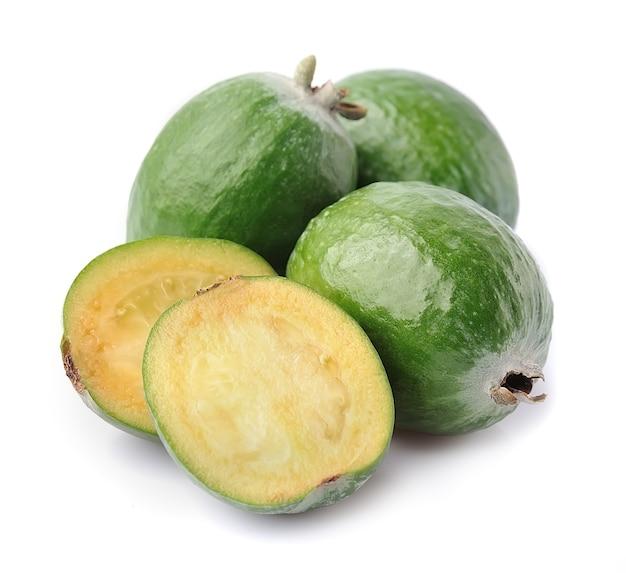 Тропический фрукт фейхоа (acca sellowiana) изолированные