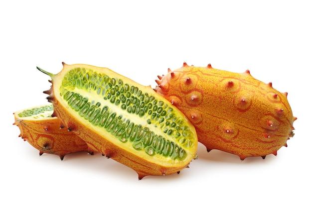 열 대 과일 kiwano 및 흰색 배경에 슬라이스