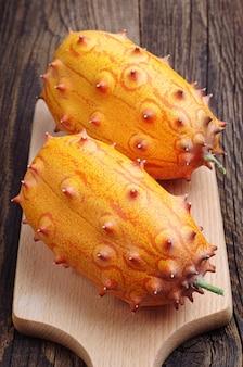 테이블에 커팅 보드에 열대 과일 kiwano