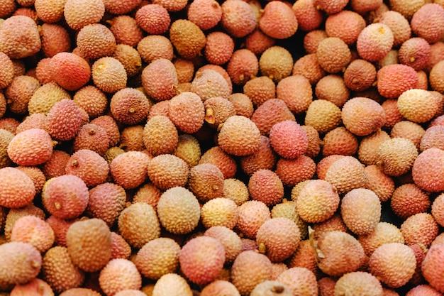 トロピカルフルーツライチ。食品の背景として販売のための新鮮な生のライチの果実。