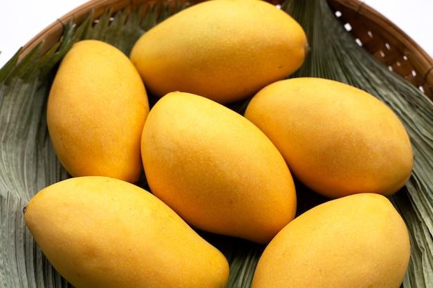 トロピカルフルーツ、バスケットに入ったマンゴー。
