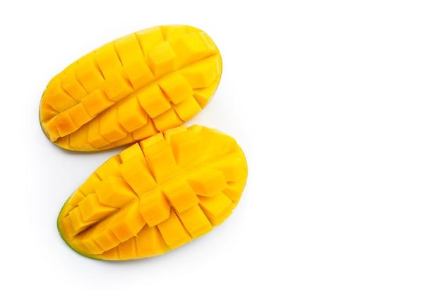 Тропические фрукты, манго на белом. копировать пространство