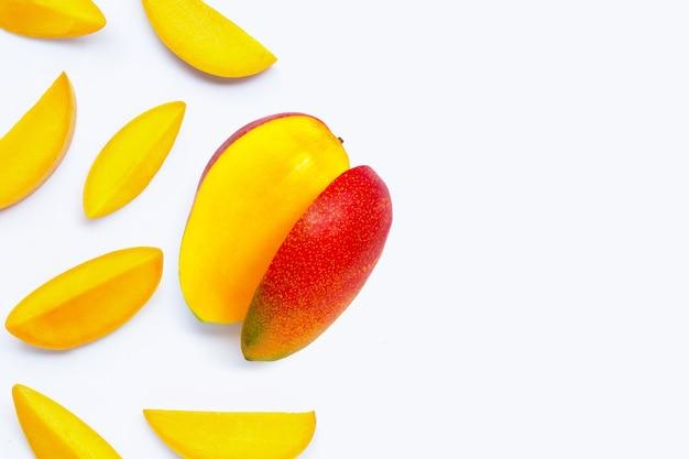 Тропические фрукты, манго на белой поверхности. вид сверху