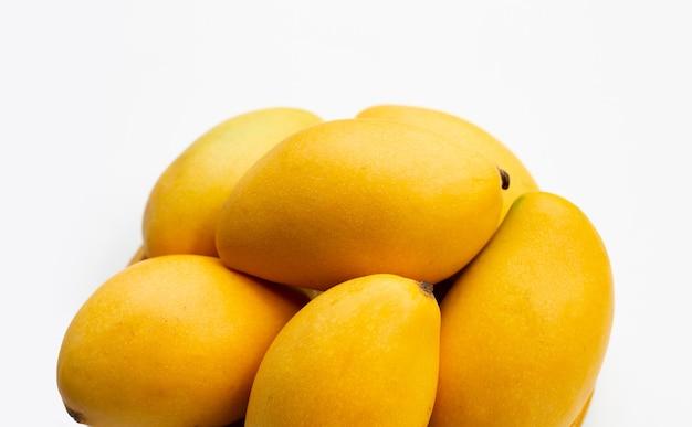 トロピカルフルーツ、白い表面にマンゴー。