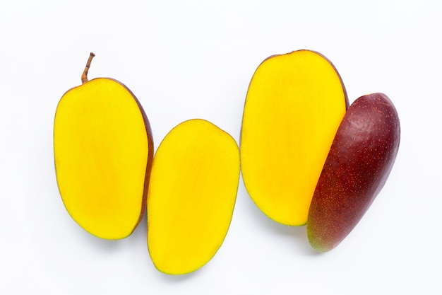 Тропические фрукты, манго на белом.